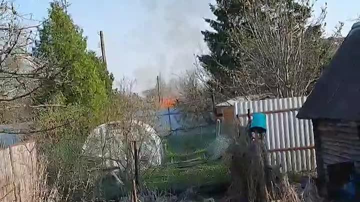 На территории Гуммолосары в Пушкине загорелся дом.