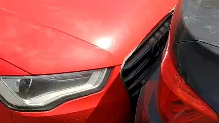 Женщина на Киа ударила припаркованные машины, крайней стоял Hyundai, за ним Audi и первым БМВ