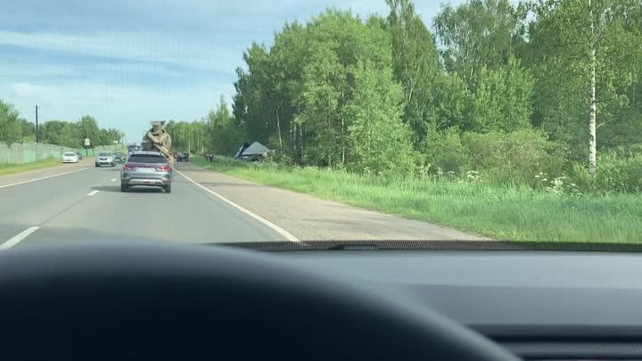 Вчера на Волхонском шоссе, рядом с Южным кладбищем, фура на скорости чуть не снесла легковушку, выру...