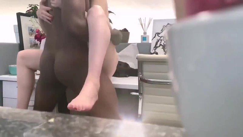 Негр выебал дочку босса в его личном кабинете (домашнее