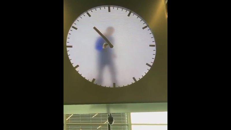 Необычные часы в аэропорту Амстердама Думаете там человек Нет это запись видео