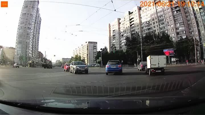На перекрёстке Ильюшина и Стародеревенской. Легковушка решила подтолкнуть трактор, а то он медленно...