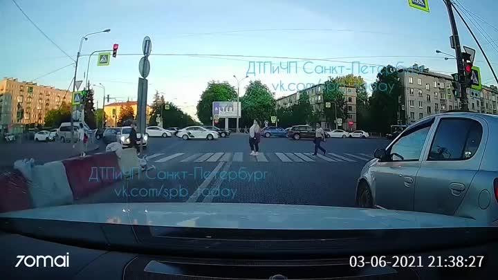На повороте с Заневского на Шаумяна водитель маленького черного джипа Suzuki не поделил что-то с вод...