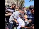 🥀💔 Мужчина прощается со своими четырьмя сыновьями и женой, погибшими под израильскими обстрелами на улице Аль-Вехда в Газе.