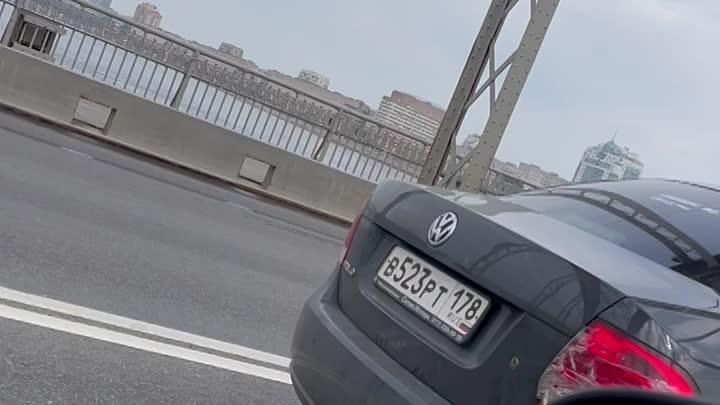 Нисан приехал в зад БМВ на Большеохтинском мосту.