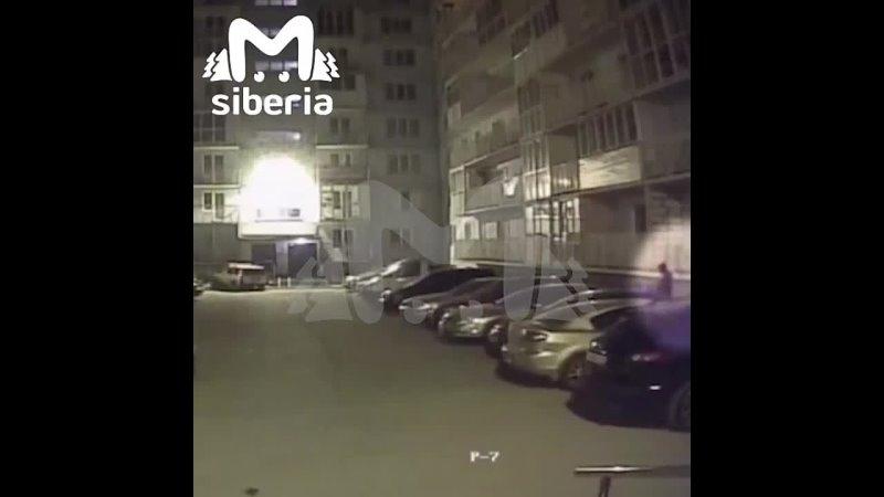 В новосибирском дворе мужчина поджёг машину и попал на камеры