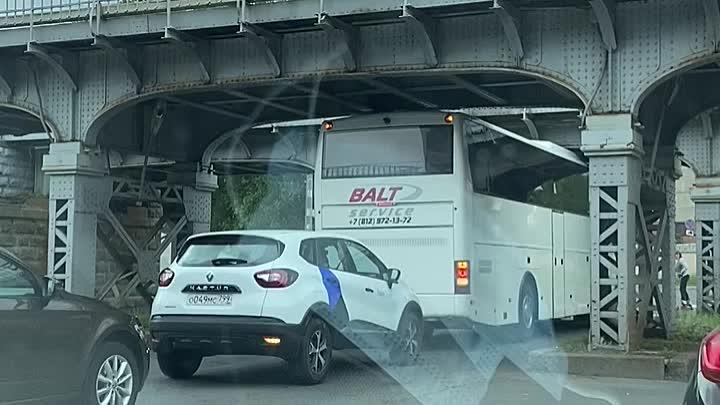 Автобус не пролез под ЖД мостом на Боровой ул.