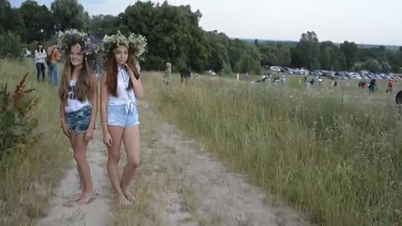 Босые девчонки с венками из цветов. Ивана Купала