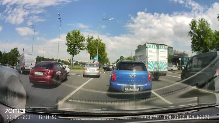 Пулковское шоссе в центр (напротив OBI) ДТП из двух машин, один на газоне. Занят левый ряд. Собирае...