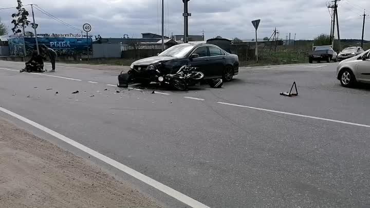 Авария между мотоциклистом и легковушкой в Аннолово на пересечении Центральной и Деревенской улиц. ...