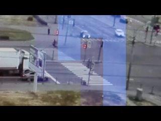 В Петербурге каршеринг не вписался в поворот, снес столб и задел две машины