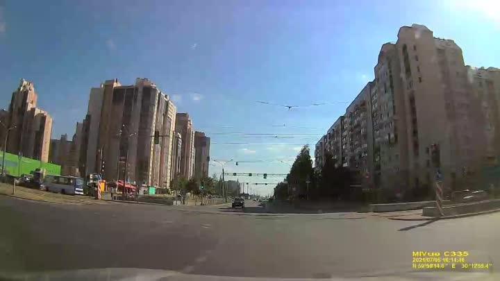 Веста не проскочила на красный на перекрёстке Савушкина и Яхтенной сегодня в 16 часов