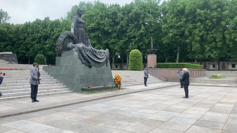 Президент Германии возложил венки на советском мемориале в Берлине