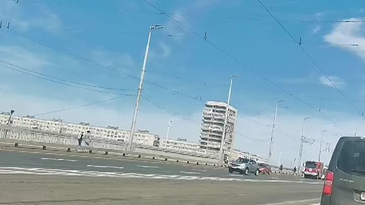 На Володарском мосту горит автобус в правом ряду в сторону Ивановской.