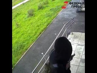 В Екатеринбурге мужчина с ружьём напугал местных жителей.