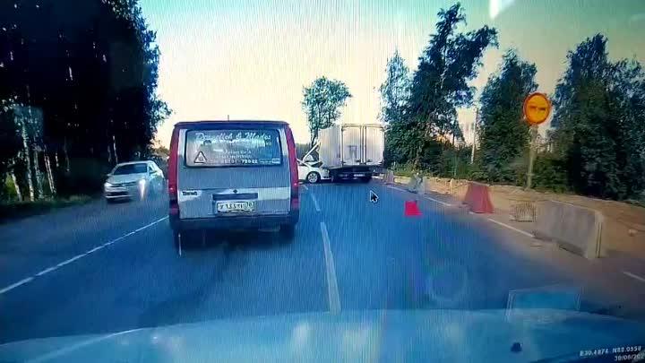 Ранним утром Ford протаранил Газель в Новом Девяткино на Главной улице.