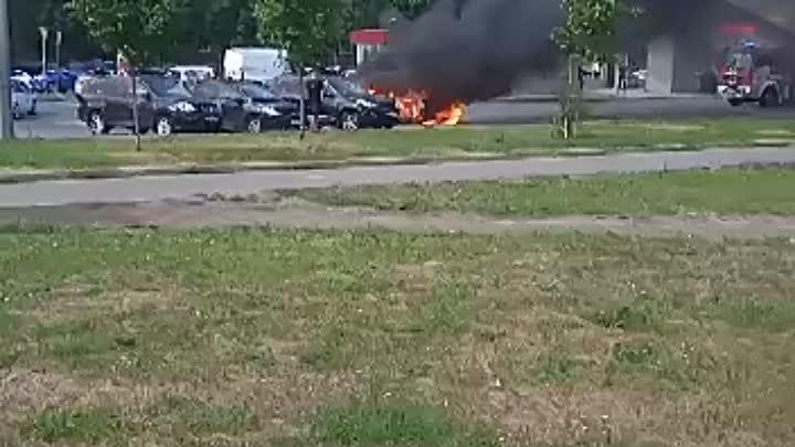Сгорел автомобиль на Туристской возле дома 38, были слышны хлопки, вроде пострадавших нет. Полиция п...
