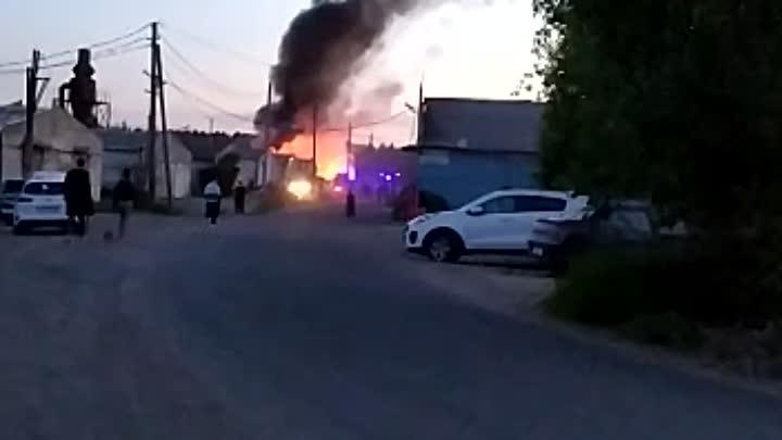 В пгт Парголово горит склад. Пожарные приехали.