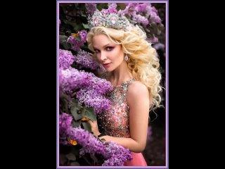 Красивая блондинка с короной