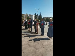 представители администрации города и области возложили цветы к Вечному огню и стеле «Город воинской славы»