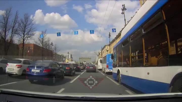 Киа перестроилась и сбила мотоциклистку на Московском