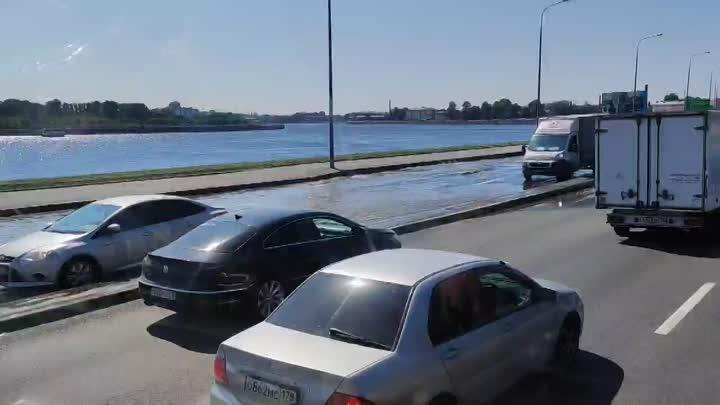 Прорыв трубы на Свердловской со стороны Арсенальной набережной. Комментарий водоканала: 8 июня на ...
