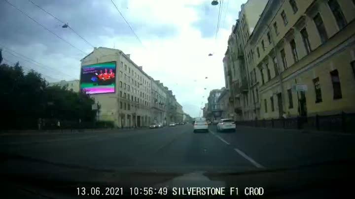 Мотоциклист не посмотрел по зеркалам и повернул налево не с трамвайных путей. Разъехались без европ...