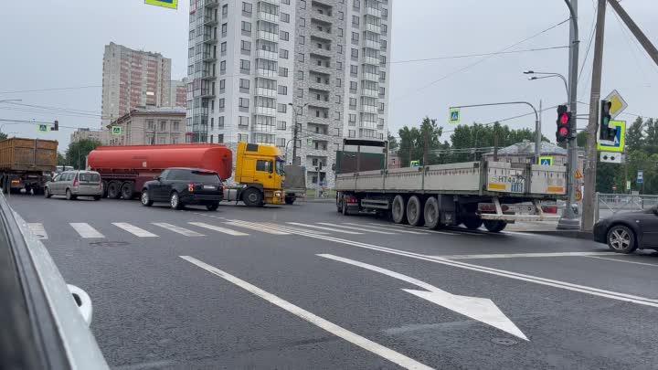Бензовоз при повороте налево зацепил прицепом паркетник. На перекрёстке Коммуны и Ириновского .