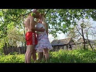 Мужик трахает соседскую девушку на даче (Порно Sex трах Fuck Домашнее porno Любительское teen XXX young домашка)