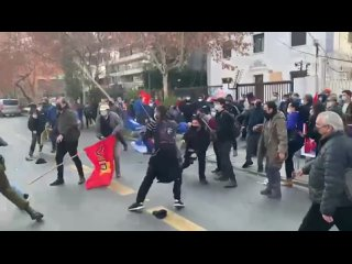 A palos en Chile en apoyo de los manifas de Cuba NO LIBRE.