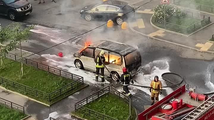 Жаркий денёк, в прямом смысле На Парнасе сгорел микроавтобус у дома 45к2 по Заречной