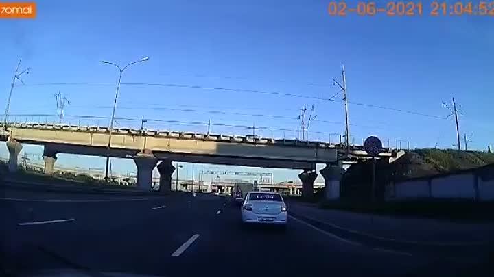 2 июня в 21:05, двигаясь по Витебскому проспекту в сторону Московского шоссе у съезда на КАД, Мерсед...