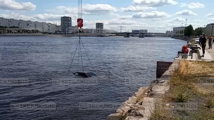 Mercedes купе подняли со дна Невы С набережной на проспекте Обуховской обороны он скатился в реку ...
