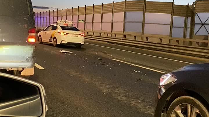 Серьезная авария на 20-м километре внешней стороны КАД, немного не доезжая до ТЦ Китай Город. Разбит...
