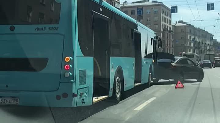 Автобус пнул легковушку на Бабушкина перед поворотом на Ивановскую.
