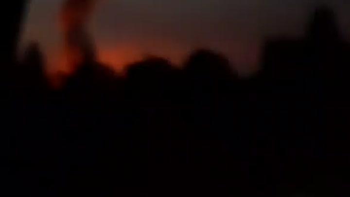 Пожар в деревне Дубки Уже 2 пожарные проехали .1 скорая Вроде не могут потушить..