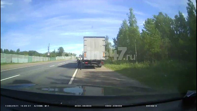 Видео на Волхонке фура на полном ходу влетела в легковой автомобиль