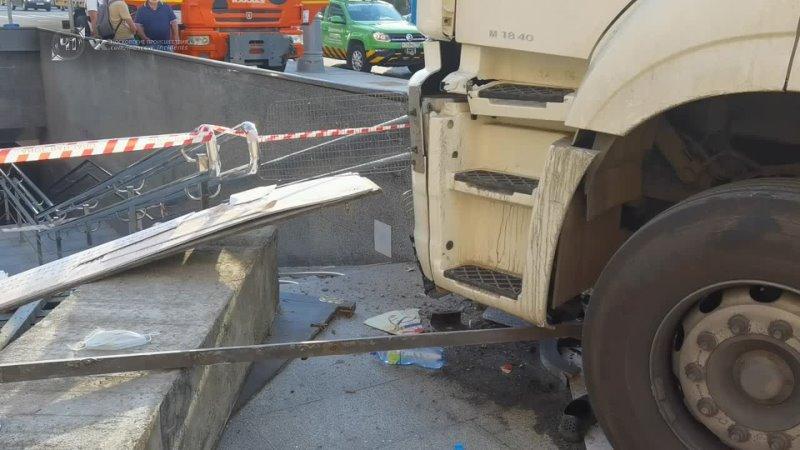 Работа оперативных служб по ликвидации последствий ДТП с участием треллера в центре Москвы