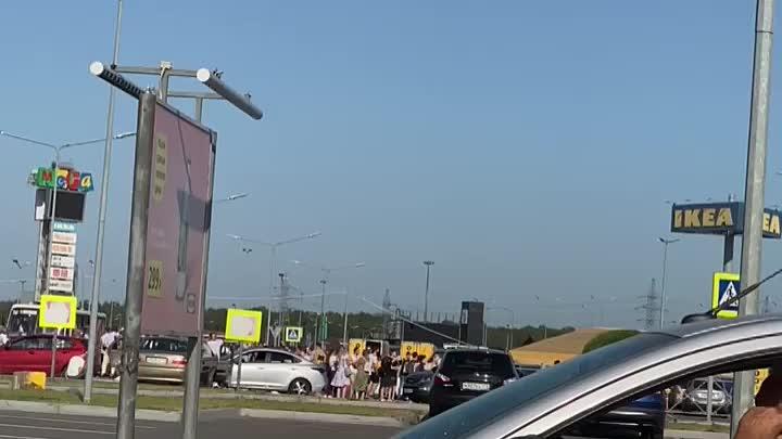 Мегу Дыбенко эвакуировали, люди сидят, загорают)