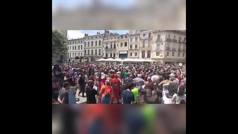 Во Франции жители вышли на улицы против коронавирусных ограничений