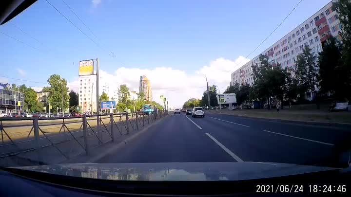 На Бухарестской водитель Лады проехал на красный, едва не задев пешехода.