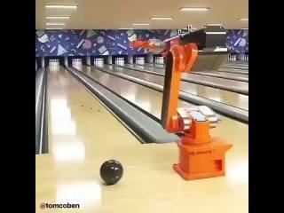 Робот-манипулятор играет в боулинг.mp4