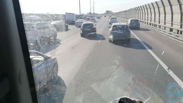 41 километре внешней стороны КАДа произошла авария между Volvo и грузовичком Renault.