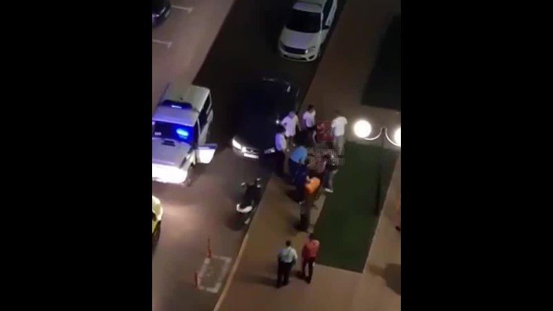Русский парень сцепился с чеченцами бородач стрельнул ему в живот