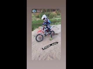 Совсем юный гонщик трогается с места на песке