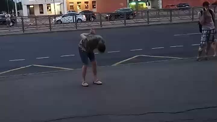 Вчера парень под чем-то ждал автобус на Проспекте Просвещения.