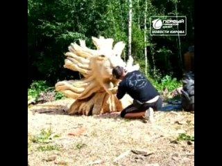 Резчик по дереву вырезал голову Льва