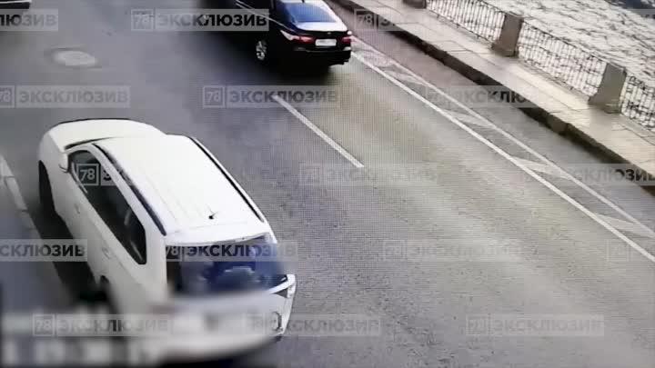 На набережной Фонтанки, 60 доставщик на велосипеде въехал в выезжающий с парковки автомобиль. Молодо...