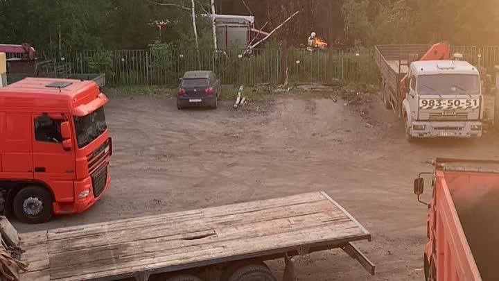 Пожарные приехали тушить огонь под мостом в лесопосадке на Российском проспекте.