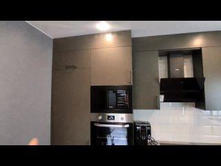 Угловая кухня со встроенным холодильником
